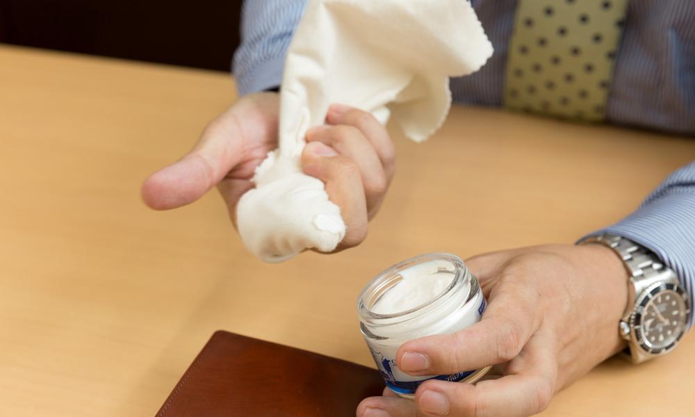 【手順1】布を指に巻いて少量クリームをとる