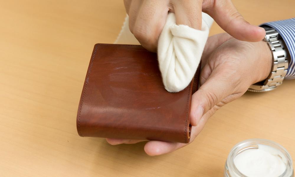 【手順3】円を描くようにクリームを伸ばす