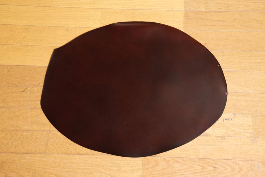 コードバン。写真は片方の臀部の革。左右の臀部の革がつながった状態は、その形から「メガネ」と呼ばれる。