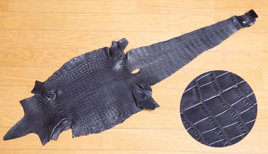 クロコダイルの革。お腹側の模様を活かす、背割りにした1枚革。